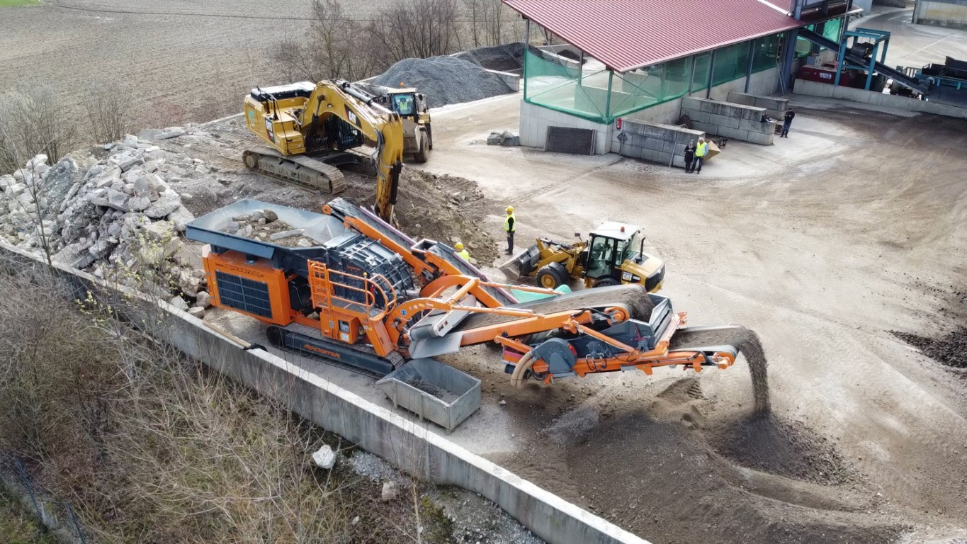 Recycling center Rockster impact crusher R1100DS - Processing construction waste